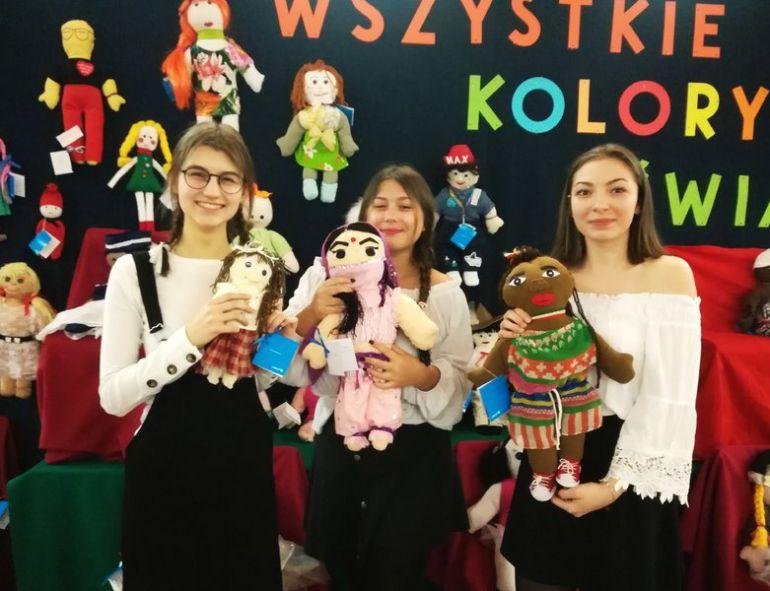 Uczennice Szkoły Podstawowej nr 2 w Piotrkowie prezentują lalki, które w ramach akcji