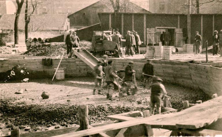 Początki budowy wieży ciśnień w Ogrodzie Kolejowym.