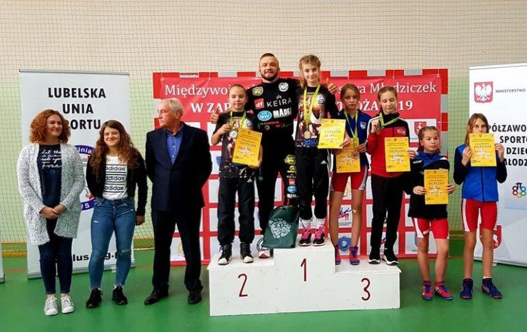 Na zdjęciach trener Dawid Szkodziński i jego podopieczne. Fot.: AKS.