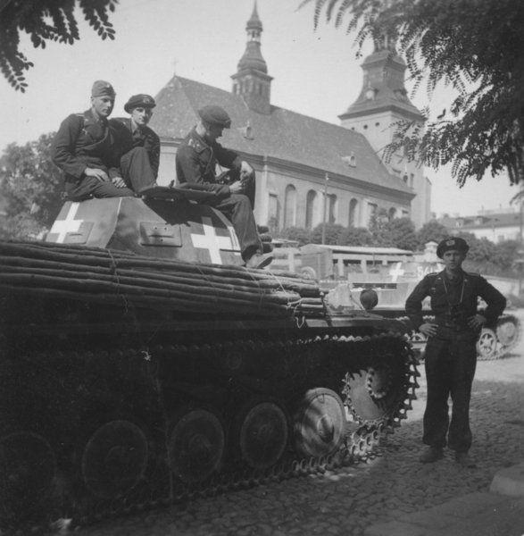 Żołnierze jednego z niemieckich oddziałów pancernych pozują na placu Kościuszki do zdjęcia po wkroczeniu do Piotrkowa.