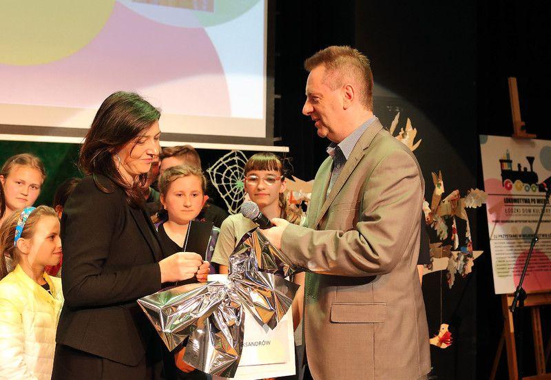 Dyrektor Łódzkiego Domu Kultury Jacek Sokalski wręcza nagrodę Gminnemu Centrum Kultury w Aleksandrowie za zajęcie II miejsca w kategorii spektakl ekologiczny.