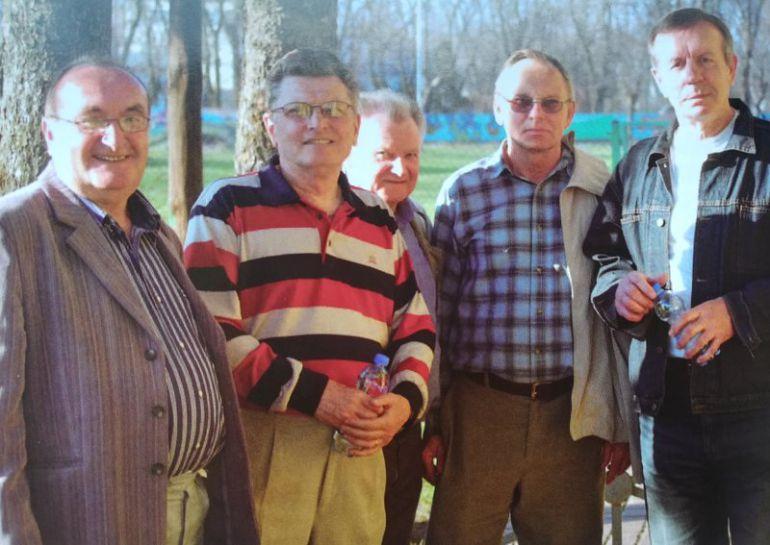 Zbigniew Krystman drugi od lewej, stoją z nim przyjaciele z boiska: Jerzy Gutknecht, Marian Ziębakowski, Boelsław Cichmoski i Karol Gawlica. Foto: Artur Wolski