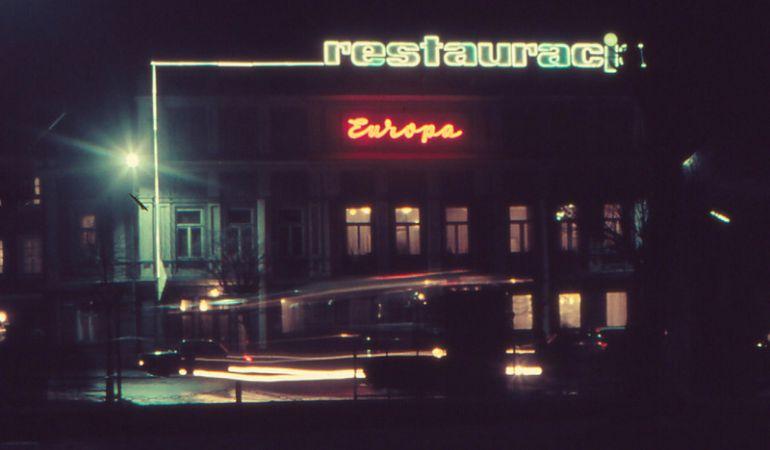 """Restauracja """"Europa"""" otrzymała neon w 1966 roku. Foto: Jerzy Gnyp"""