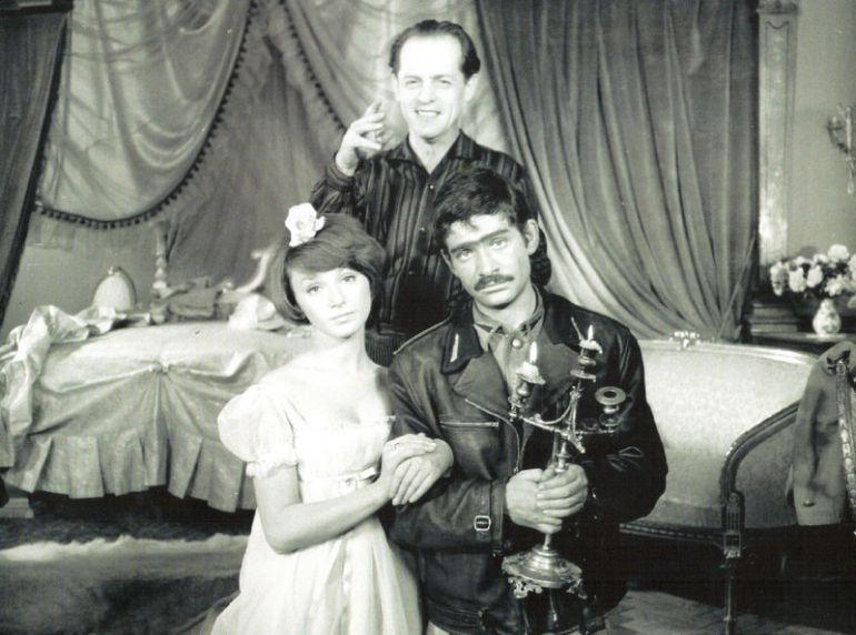 """Na planie serialu """"Czterej pancerni i pies"""" - Konrad Nałęcki stoi za Małgorzatą Niemirską (Lidka) i Włodzimierzem Presem (Grigorij)."""