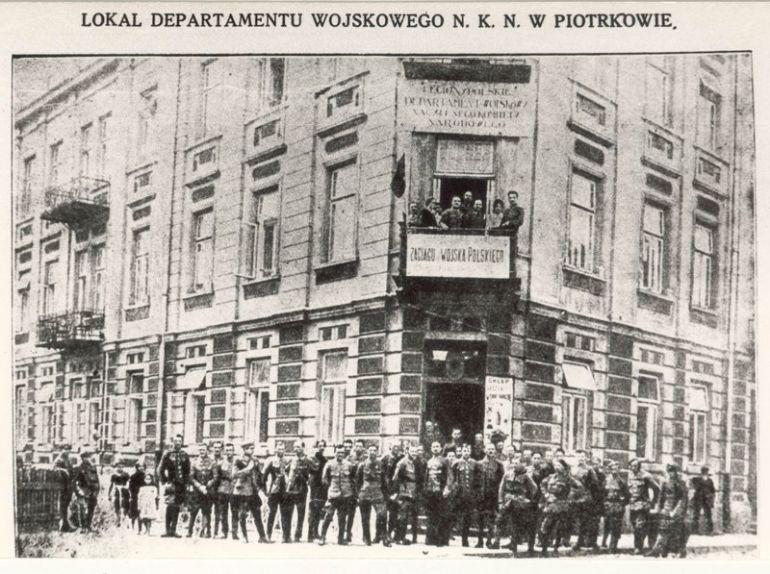 Siedziba Departamentu Wojskowego NKN przy ulicy Rokszyckiej (nieistniejąca już kamienica przy obecnym zbiegu ulic Narutowicza i Sienkiewicza).