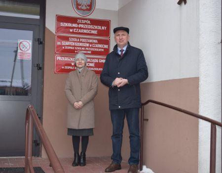 Trzy ciężarówki z pomocą naukową dla dzieci ze szkół w gminie Czarnocin