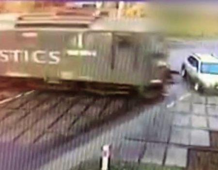 Zderzenie osobówki z pociągiem [WIDEO]
