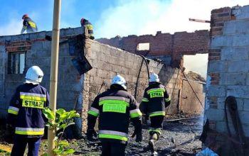 Pożar stodoły. Na miejscu pracowało 10 zastępów straży