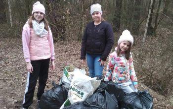 Dzieci z własnej inicjatywy posprzątały las