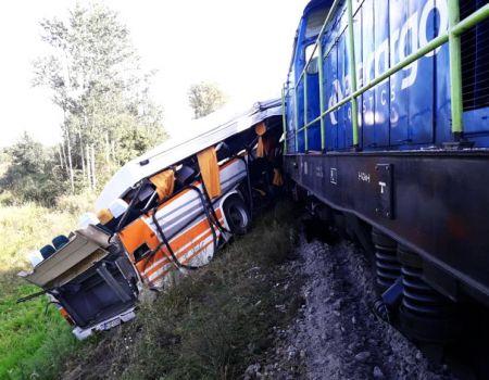 Autobus wjechał pod lokomotywę