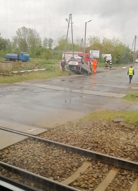 Wypadek w Babach. Dwie osoby w szpitalu, auto na dachu (VIDEO)