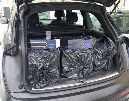 Dwa tysiące paczek nielegalnych papierosów w bagażniku audi