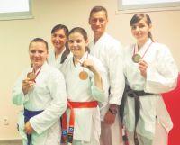 Anna Kurpios (na zdjęciu w środku, obok trenera Rafała Michalaka), Zuzanna Raszewska (z prawej), Aleksandra Filipczak (z lewej). Fot.: UKS SKT.