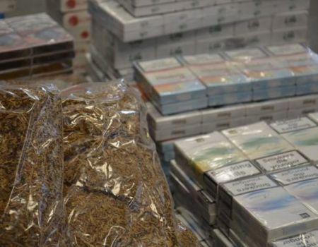 Funkcjonariusze KAS z Piotrkowa zlikwidowali magazyn i przejęli transport nielegalnych papierosów