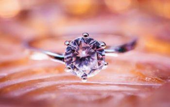 Pierścionek zaręczynowy - jaki materiał? Jak go wybrać?