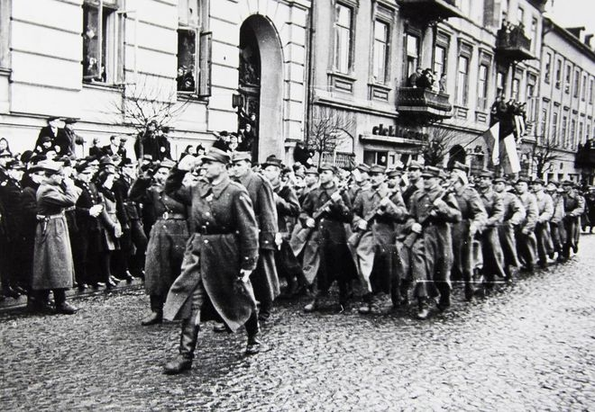Przemarsz 2. Dywizji Piechoty I Armii Wojska Polskiego im. Henryka Dąbrowskiego przez ul. Słowackiego.
