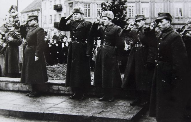 11 lutego 1945 r. Hołd żołnierzy przed płytą Grobu Nieznanego Żołnierza, pl. Kościuszki.