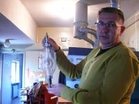 Jacek Graczyk - dyrektor kina Helios, z jedną z lamp starego typu o mocy 3000 W.