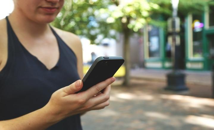Przechodzisz przez jezdnię? Nie korzystaj ze smartfona!