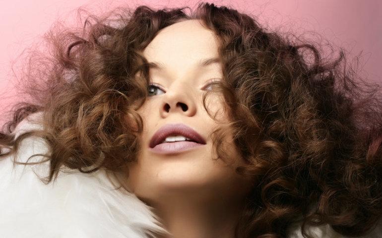 Rozczesywanie włosów kręconych – jak robić to poprawnie?