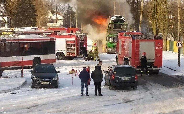 Pożar lawety pełnej samochodów