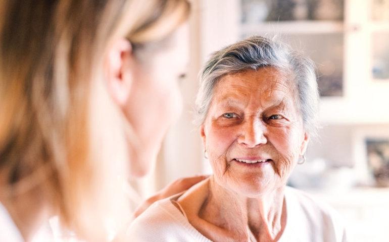 Praca w opiece seniora – czy to się opłaca?