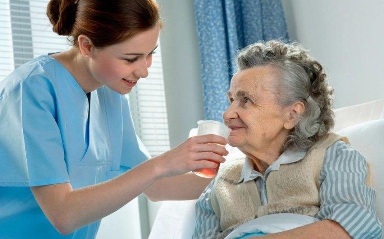 Praca w opiece – co należy do obowiązków opiekuna