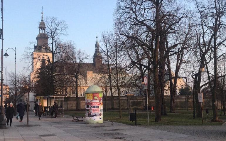 Uwaga! Nieznany mężczyzna zaczepia dzieci w centrum Piotrkowa (posłuchaj relacji)