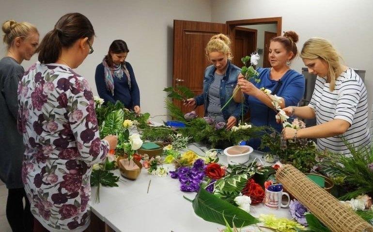 Florystyka, ceramika, haft krzyżykowy… Wizyta w bibliotece rozwija