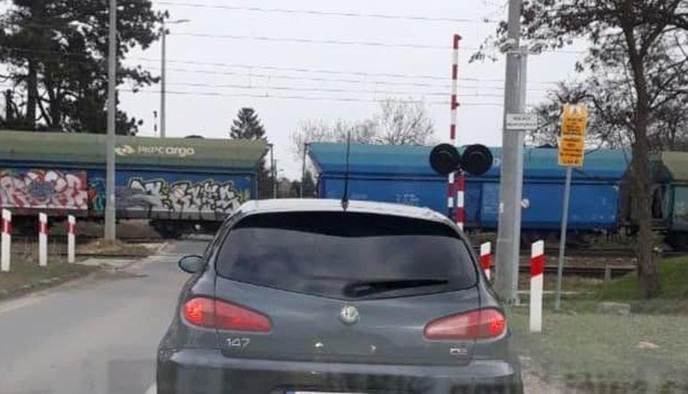 Pociąg na przejeździe, a rogatki podniesione