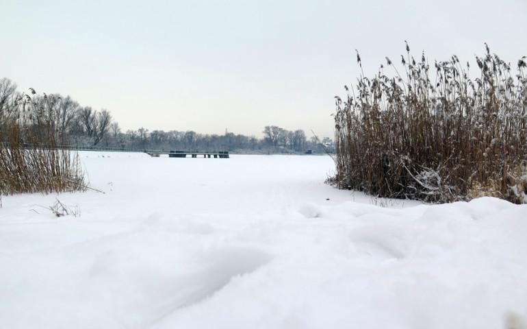 Spacerujesz po zamarzniętym jeziorze? Zachowaj rozsądek