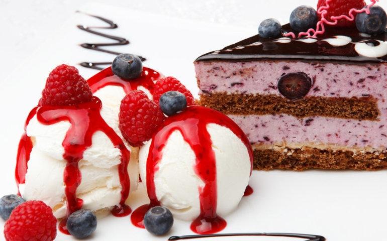 6 pomysłów na letni deser – sosy słodkie