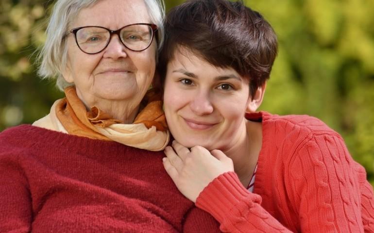Jak zostać profesjonalną opiekunką osób starszych? Kwalifikacje, na które warto postawić!
